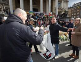 VIDEO. Hooligan slaat vreedzame betoger aan Beursplein