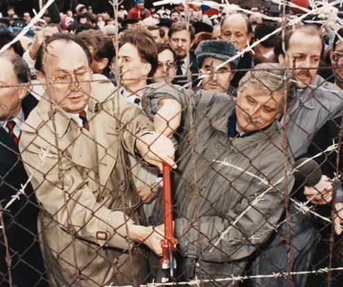 Nadat Genscher (links) het IJzeren Gordijn verbaal had gesloopt, hielp hij ook bij de letterlijke val.