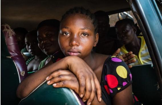 De hoogzwangere Christine Nyota (16) samen met andere slachtoffers van seksueel geweld op uitstap om even te ontsnappen aan het ziekenhuis. Er wordt gebeden, gezongen en gedanst.