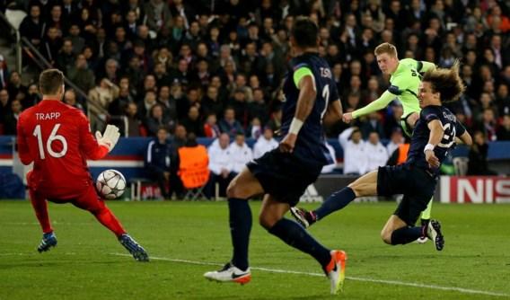 Kevin De Bruyne knalt de 0-1 staalhard voorbij de aanstormende Luiz en PSG-doelman Trapp.