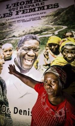 Dokter Denis Mukwege (affiche) wordt op handen gedragen.