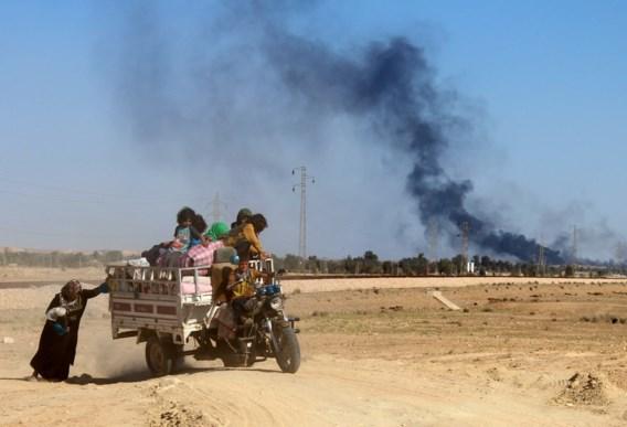 In de buurt van Heet, een dorp in de Iraakse provincie Anbar, moeten burgers op de loop voor het strijdgewoel.  Het regeringsleger is er aan een opmars bezig en wint terrein op Islamitische Staat. De terreurgroep controleert nog steeds delen van de provincie in het westen van het land, maar wordt het vuur aan de schenen gelegd door Bagdad.In het noorden van Irak hebben de regeringssoldaten hun belegering van Mosoel ondertussen onderbroken, in afwachting  van versterkingen.