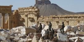 Soldaten tonen heroverd Palmyra aan de wereld