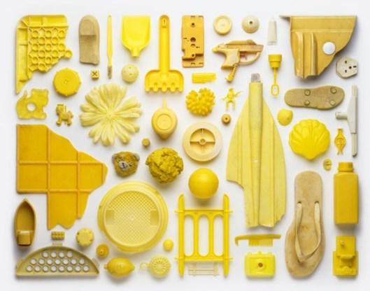 """<p>Stuart Haygarth wandelde in februari 2011 de volledige kustlijn van Zuid-Engeland af (van Gravesend tot Land's End) en nam elk (door mensenhanden gemaakt) object mee dat zijn pad kruiste. In zijn fotostudio rangschikte hij alle voorwerpen, per categorie of per kleur, zoals in deze compositie 'Collection (yellow)'.<span class=""""credit"""">2016 Stuart Haygarth</span></p>"""
