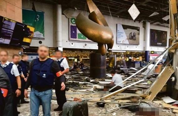 Het standbeeld in de vertrekhal, dat beschadigd raakte tijdens de aanslagen, zal voortaan dienen als herdenkingsmonument, zegt ceo Feist.