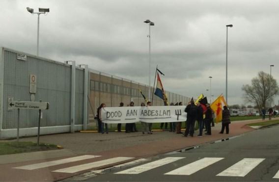 Betoging aan gevangenis: 'Dood aan Abdeslam'
