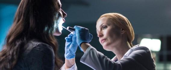 Dana Scully (Gillian Anderson) is een nieuw leven begonnen als chirurg in het ziekenhuis.