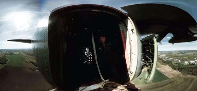 Spring met een jeep uit een C130 vrachtvliegtuig
