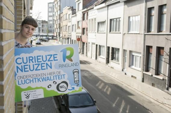 Duizend Antwerpenaren hangen op de eerste verdieping aan de straatkant een V-bord met daarin twee meetsensoren.