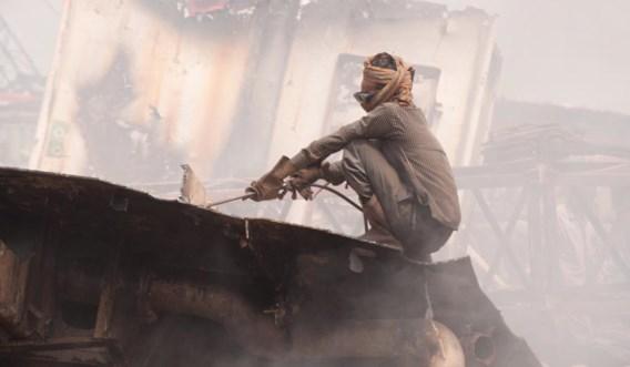 Het sloopstrand van Kabir Steel in Bangladesh. 'Vroeger stond het bekend om zijn kinderarbeid, vandaag werken ze vooral met 15- tot 17-jarigen', zegt ngo Shipbreaking Platform.