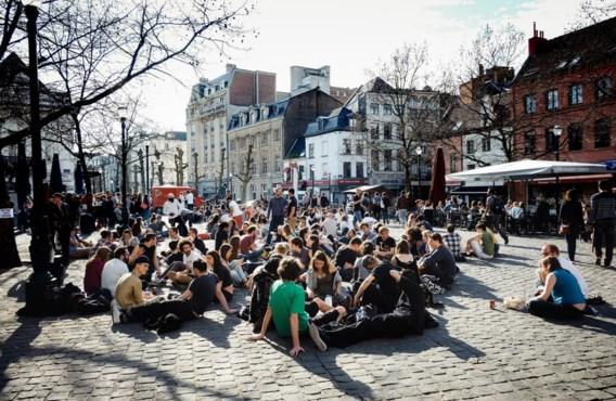 Na protest van jongeren tegen de commercialisering van het Brusselse Sint-Katelijneplein bindt het stadsbestuur in en komen de houten banken terug.