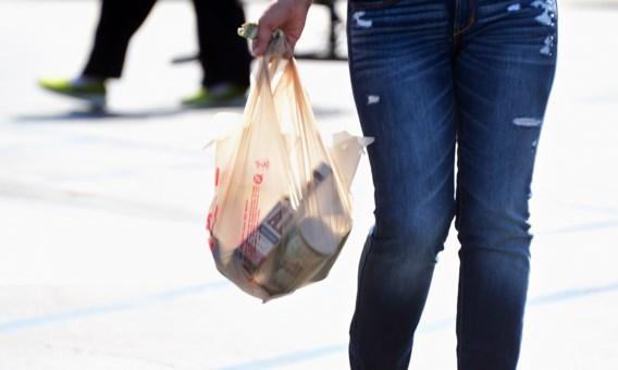 Schauvliege wil verbod op plastic zakjes