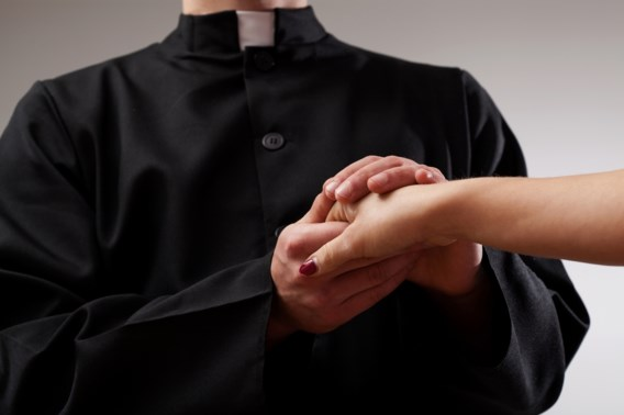 'Heel wat priesters wonen samen met een vriendin of vriend'