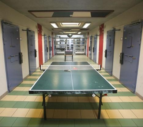 'In de gevangenis van Tilburg doen gedetineerde en personeel samen aan sport.'