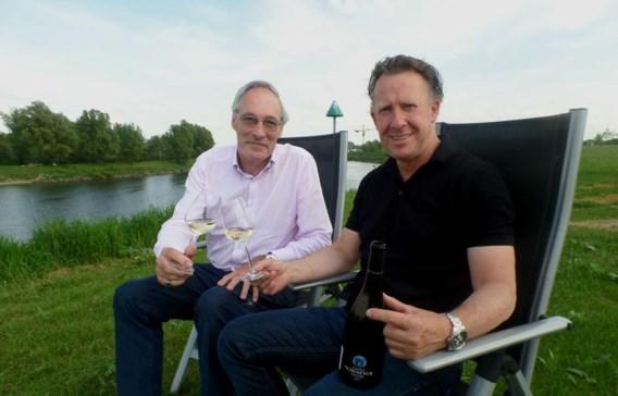 Karel Henckens (rechts) naast Ivo Delbrouck, twee grondleggers van het grensoverschrijdende wijnlabel.
