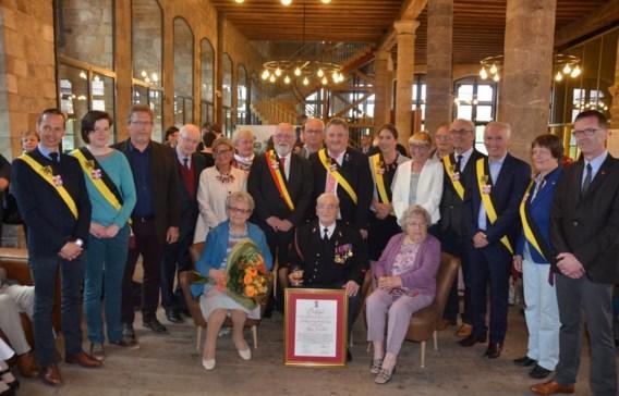 Omringd door zijn familie en het stadsbestuur van Ieper werd Antoine Verschoot gisteren gehuldigd als ereburger.
