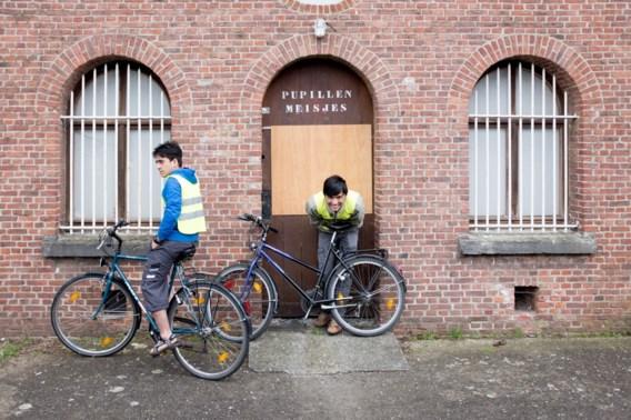 De bewoners van het opvangcentrum in Zwijndrecht kregen fietsles van de politie. Maar een woning vinden, dat is voor een vluchteling een ander paar mouwen.