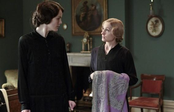 Anna (rechts) lijkt eerder de vriendin van Lady Mary dan haar meid.