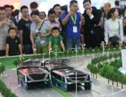 China stelt bus voor die over files rijdt