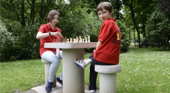 Igor Vanduyfhuys en zijn zus Daria nemen het een maand lang op de nieuwe schaaktafel in het Zuidpark op tegen al wie zich aandient.