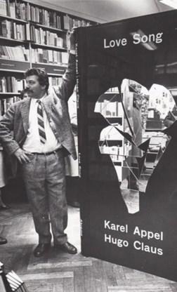 Love song is het meest mythische boek van Hugo Claus: het werd nooit gepubliceerd. In 1963 vatte uitgever Andreas Landshoff het plan op om Claus en Karel Appel, die toen furore maakte met wandschilderingen, samen te brengen. De dummy van hun manshoge boek, 2,10 bij 0,80 meter, werd gepresenteerd in Amsterdam en New York (op de foto: Karel Appel). Daar bleef het bij. Er kwamen geen intekeningen binnen, wellicht vanwege de hoge kostprijs. De dummy verdween in de tuin van een Amerikaanse uitgever, als kamerscherm. Maar bij Landshoff kwam onlangs een verrassing uit een doos: het netschrift van Claus' gedicht The horse of the universe, dat als facsimile in het boek zou komen. Het originele Claus-handschrift is nu te koop bij een online NRC-veiling, samen met het boekje Love song revisited en twintig originele afdrukken van de fotograaf Ed Van der Elsken die bij de presentatie aanwezig was.Landshoff besefte niet wat hij in zijn bezit had, zegt veilingmeester Piet van Winden. 'Het is vrij netjes voor Claus, maar het is zeker zijn handschrift.' De collectie wordt geschat op 8000 à 12.000 euro.