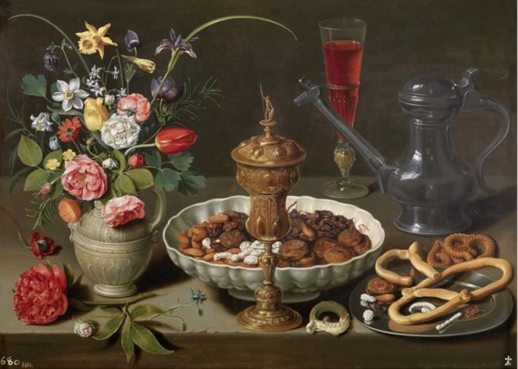 Een vaas met bloemen, een vergulde beker, amandelen, koekjes, wijn en een tinnen kan: dit is Clara Peeters op haar best. Het lijkt alsof de voorwerpen nonchalant op tafel zijn gelegd, maar in werkelijkheid gaat het om een vernuftige compositie. Op de beker en de kan schilderde ze zeven keer haar zelfportret.