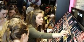 Jonge meisjes schuiven drie uur aan voor lippenstift in Gent
