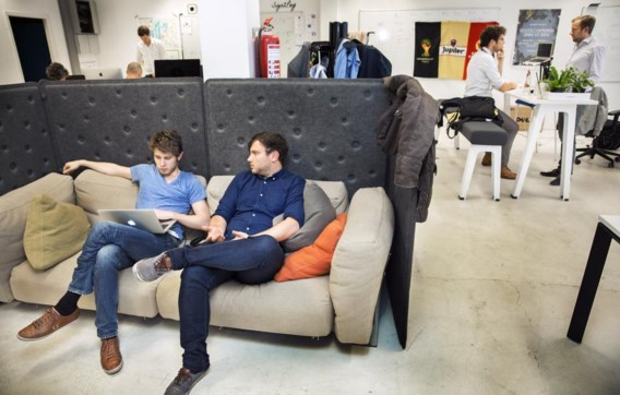 Incubatoren en acceleratoren, zoals Idealabs in Antwerpen, bieden start-ups een werkplek en coaching.