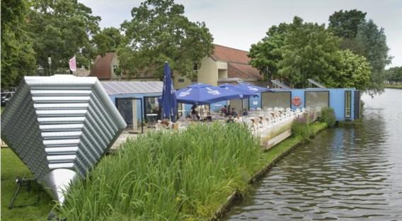 'De locatie is uitstekend: het café en terras zijn goed zichtbaar en de ligging aan het water is een troef', klinkt het.