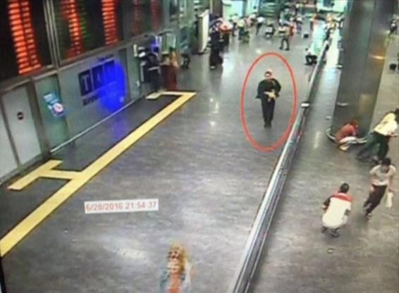 Op bewakingsbeelden is te zien hoe één van de daders door de inkomhal van de luchthaven loopt.