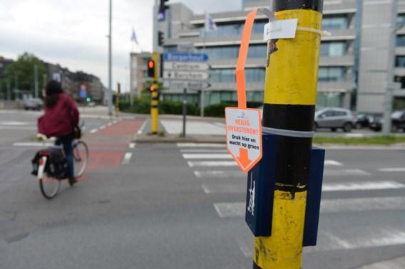 Om groen te krijgen, moeten voetgangers het aanvragen via een drukknop.