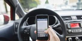 Een op de vijf jongeren gebruikt elke autorit smartphone achter het stuur