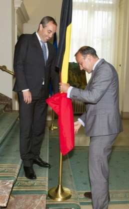 De nabije burgemeesters Christophe Dister en Tim Vandenput soigneren de Belgische vlag.