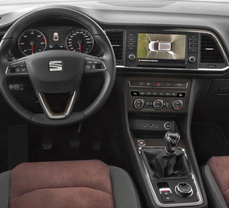 Binnen herkent u het dashboard van de Seat Leon berline.