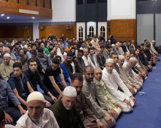 In de moskee zitten de vrouwen boven, gescheiden van de mannen. Benhaddou:  'Wij komen uit een schaamtecultuur, nu leven we in een schuldcultuur. Vandaag  moeten vrouwen een nieuw evenwicht vinden, en wij met hen. Zodat ze op de  voorgrond kunnen treden zonder aan fatsoenlijkheid in te boeten.'