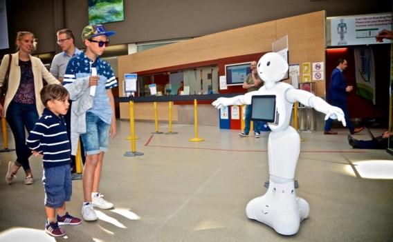 De robot Pepper ontvangt reizigers.