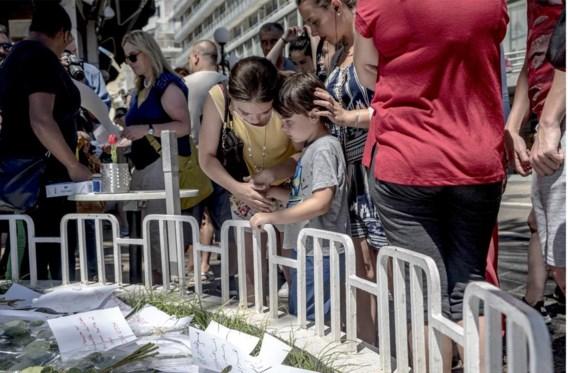 Een jongetje wordt getroost bij een geïmproviseerd gedenkteken vlak bij de Promenade des Anglais.