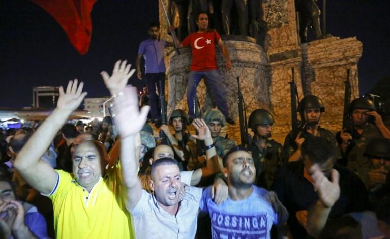 Turken komen massaal op straat om Erdogan of leger te steunen