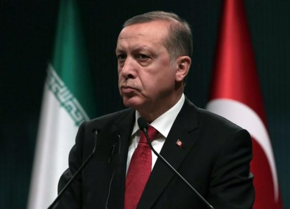 Honderden Turken verzamelen aan ambassade in Brussel en uiten steun aan Erdogan