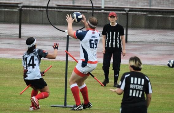 Spelers klemmen tussen hun benen een pvc-buis die een bezem moet voorstellen. Scoren doen ze door een bal door de hoepels te gooien. En o ja: ze moeten ook een sok met daarin een tennisbal proberen te vangen. Zes scheidsrechters leiden dat alles in goede banen.