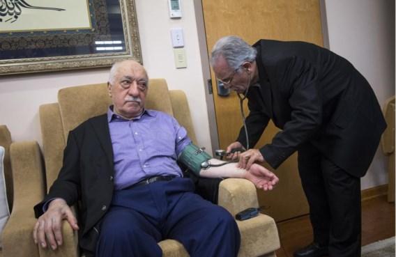 Fethullah Gülen laat thuis zijn bloeddruk meten, de dag na de couppoging in Istanbul. Gülen ontving toen de pers in zijn woning in de VS.