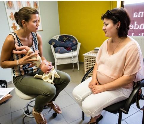 Een zwangere vrouw krijgt uitleg over welke verzorging ze na de bevalling thuis kan krijgen.