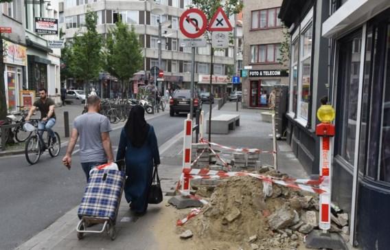 Niet alleen wegenwerken, maar ook vuilniszakken en fietsen belemmeren vaak de weg voor minder mobiele mensen op de stoep.