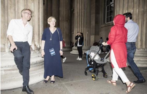 Armstrong stelt voor om het British Museum te bezoeken. Ze wil Van Reybrouck, die prehistorisch archeoloog is, graag de zwemmende rendieren tonen.