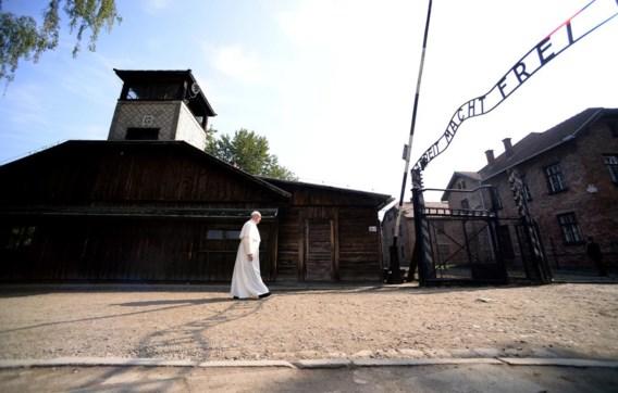 Alleen en in stilte heeft paus Franciscus het voormalige naziconcentratiekamp Auschwitz in het Poolse Oswiecim bezocht. Duidelijk onder de indruk stapte hij het kamp binnen waar tijdens de Tweede Wereldoorlog meer dan een miljoen mensen werden vermoord. De paus bad er voor de slachtoffers van de Holocaust en vroeg aan God 'vergiffenis voor zoveel wreedheden'. Aan de 'dodenmuur' brandde hij een kaars. Nadien ontmoette hij Holocaust-overlevenden.Het bezoek was geen primeur: paus Johannes Paulus II, zelf een Pool, en paus Benedictus XVI deden het Franciscus voor. De paus brengt een vijfdaags bezoek aan Polen naar aanleiding van de Wereldjongerendagen, waaraan bijna anderhalf miljoen jongeren van  over de hele wereld deelnemen.