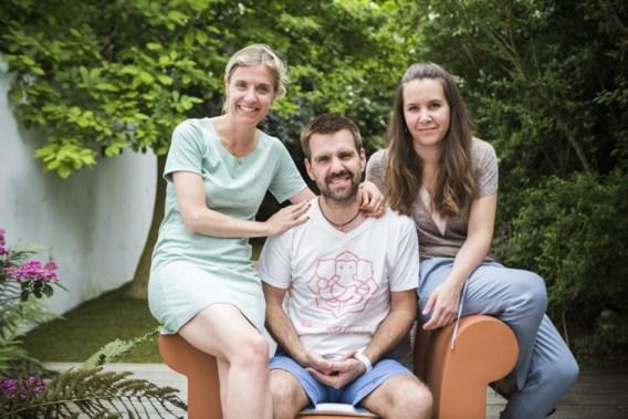 Eén drieling, twee vaders: Sophie, Bernhard en Stephanie Raeymaekers. 'Wat wij zoeken is een stuk van onze identiteit: wie zijn wij?'