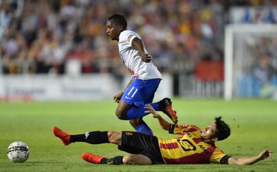 José Izquierdo dribbelt zich voorbij verdediger Xavier Chen. De Colombiaan in bloedvorm zette Club Brugge op weg naar een makkelijke zege.