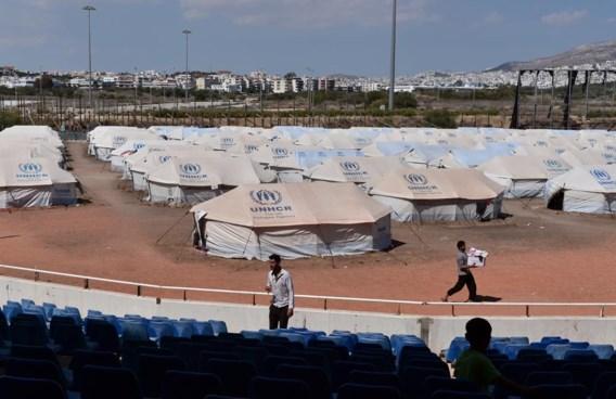 Het watersportcentrum (boven) staat droog en op het basebalterrein is er nu een vluchtelingenkamp.