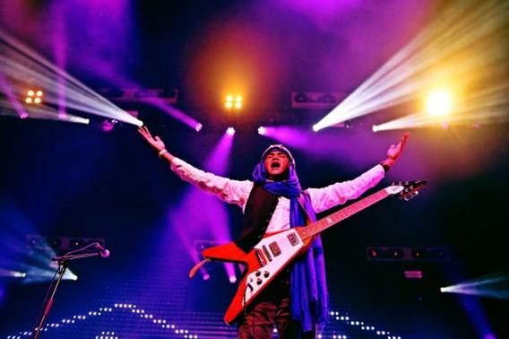 Anana Harouna van Kel Assouf met zijn Flying V-gitaar.