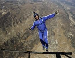 Skydiver springt van 7.600 meter hoogte zonder parachute